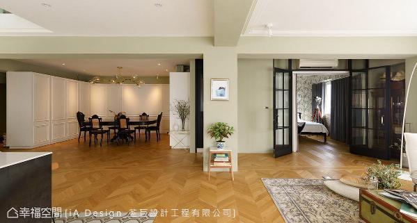全室以白色与灰绿色为主调,且避免过多的线条与质材变化,让空间保持清爽质地,带来最放松、舒适的视觉感受。