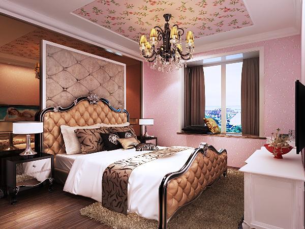 主卧室墙纸粉色的温暖搭配背景墙茶镜紫色的神秘,气氛变得遥远而静谧,欧式古典水晶吊灯和田园风格壁纸的搭配相得益彰。
