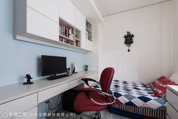 以木作搭配系统柜打造书桌和吊柜,地坪则依循使用者需求,选用木纹砖呈现,带来好维护、好清洁的便利性。