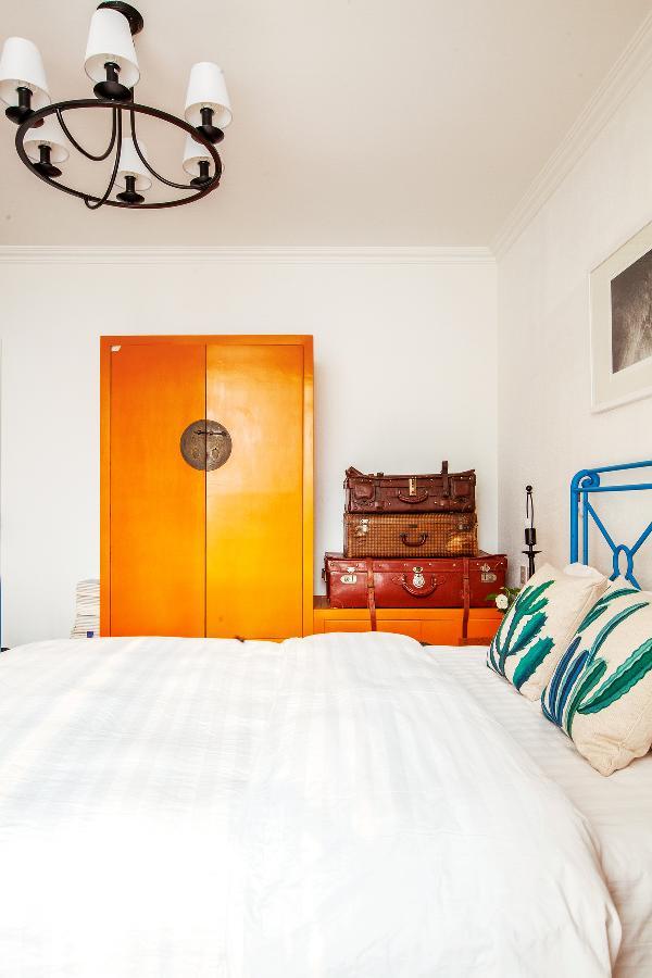 有一段时间老曹和莹莹着迷各种跳跃的颜色, 这个橙色的衣柜就是那时候挑的。 他曾经收藏了非常多的老皮箱, 以至于Levi's都来采购做卖场陈列。