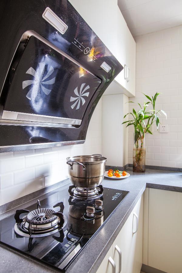厨房也是拆了重新装修的,从墙砖到橱柜都是白色。