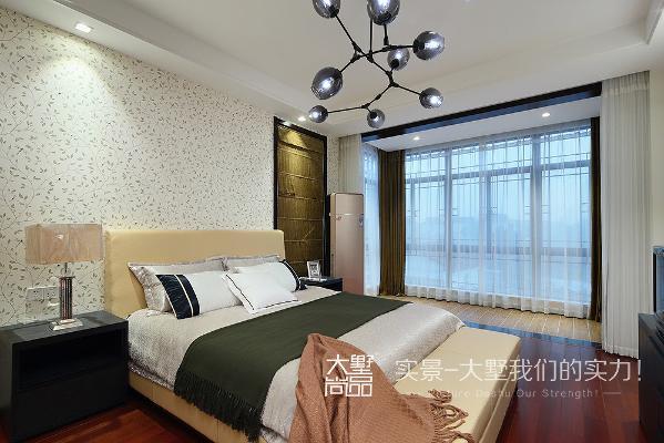 卧室的设计,主要营造一个温馨舒适的氛围。以棕色与米色为主打色调,沉静中带着温馨,彰显低调的东方美学。落