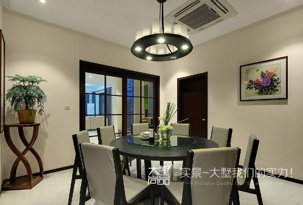 清素的主基调中增添几抹优雅静谧的绿色,再加上餐桌上自由散开的花艺、高低错落的餐具、酒具,以及墙壁上的牡丹图挂画,相互借景成像,营造一个温馨优雅,富有层次感的就餐空间。