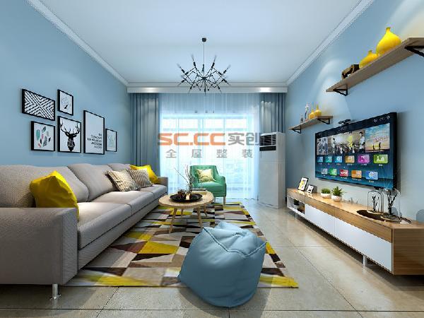 电视背景墙和沙发没有过多的造型以装饰画点缀为主。浅蓝色墙漆搭配绿植白色和原木色电视柜视觉上简单舒适,灰蓝的主色调配以柔和的灯光增加了一份安宁的气息,让生活在这间屋子里的主人体验到家庭带来的温馨与舒适。