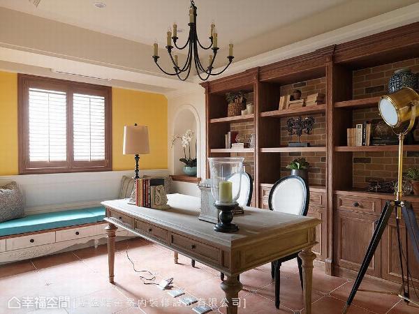 纹理鲜明的木质书桌与柜体,透过深浅两色铺陈对比空间层次,也涵盖大容量的收纳机能。同样的美形收纳技法也施于卧榻下方,使美学与实用机能兼具。