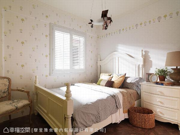 美式乡村风铺叙的小孩房中,搭配风格童趣的热气球壁纸,及飞机造型吊灯,增添活泼轻快氛围。