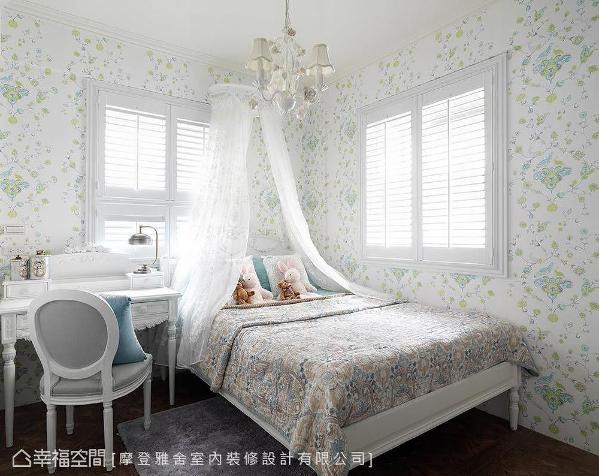 鲜嫩花草图腾壁纸、纱帐与古典风格梳妆台,在相同的美式情怀中,增添柔美浪漫的女孩气息。