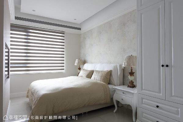 延续纯净美式格调,床头墙以精致的壁纸铺饰,其带有淡淡金光的图腾花纹,从各个角度看皆能欣赏到不同的色彩与光泽。
