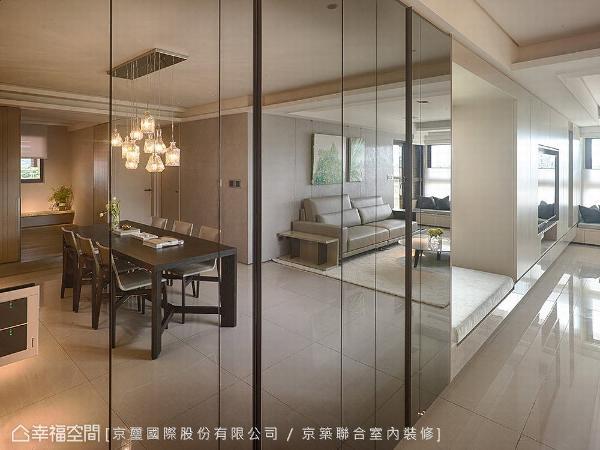 转进内部,收纳柜面使用灰镜延伸空间尺度,并利用梁下60公分的深度,规划双层鞋柜与穿鞋椅。