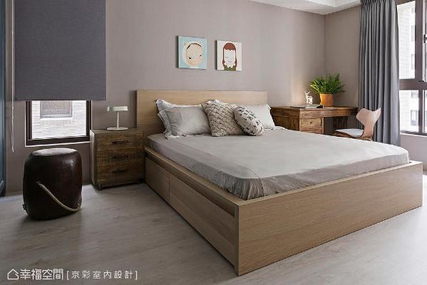 房内以现成家具为主,日光、暖色壁纸与木质交融,体现屋主的简约生活之道。