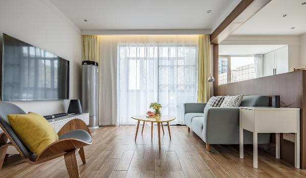 客厅中延续北欧风格,去除多余的装饰,每一件家具,每一处软装都可以带来色彩,木纹砖的地面,跳色的茶几与抱枕,布艺的沙发和窗帘盒暗藏灯带的设计表现出欢快、简洁的北欧客厅。
