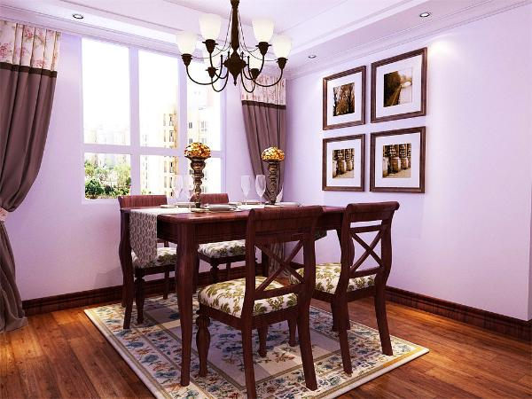 餐厅用回字形吊顶加脚线装饰,中间是美式特有的吊灯。背景墙是几幅挂画,加筒灯装饰。深色的餐桌椅凸显美式特点。