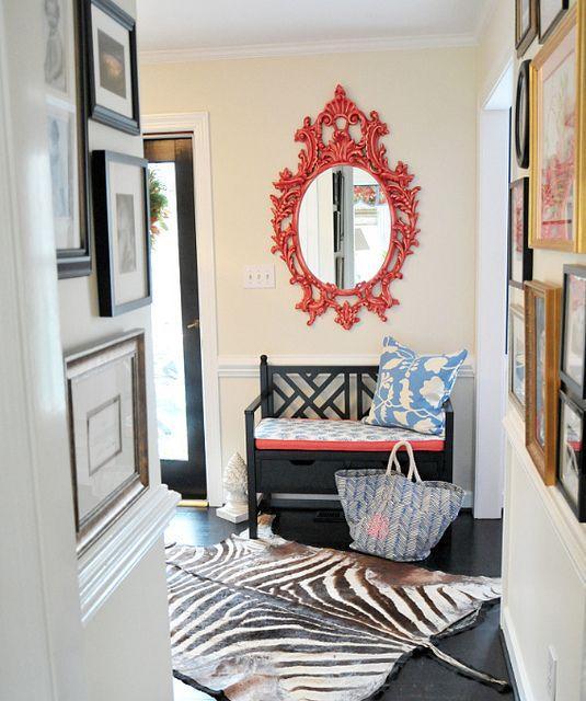 奔放的红色边框装饰镜与黑色卡座相得益彰,铺盖的虎皮地毯增添时尚的摩登个性。
