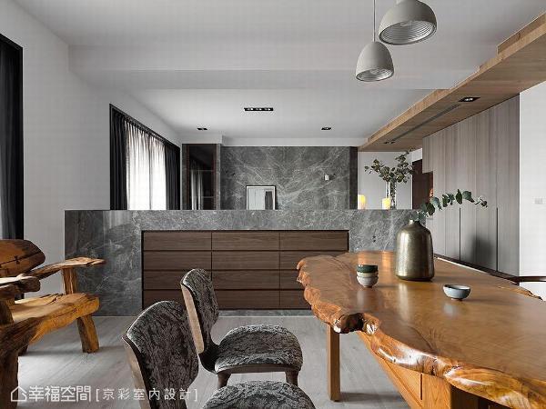 远从梯厅就能闻到木质香气的桧木椅,是餐厅区一大亮点,而自然朴雅的空间基底,也让各式木雕品完全融入,展现中西交融的独特风情。