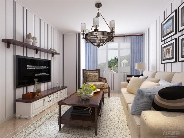 客厅墙面刷暖色乳胶漆,顶面吊顶,地面采用耐磨损的强化复合地板,家具的选择上以舒适为主,沙发为3+2+1,电视柜餐桌