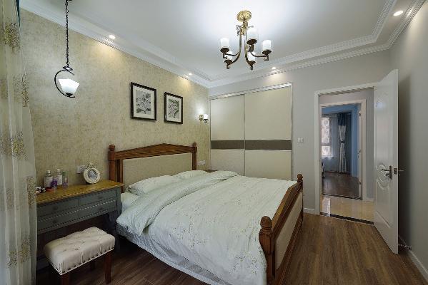 卧室做了一圈吊顶,更富有层次感。美式灯具、窗帘、壁纸、地板、床,整体颜色和谐统一,富有节奏感。