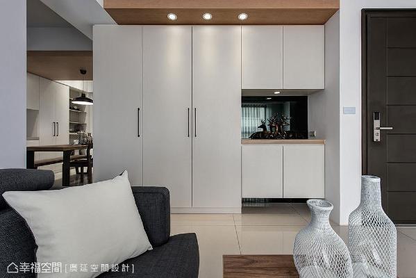 设置柜子消弭横梁形成的畸零地,展示柜底部镶贴灰镜,藉由其反射特性增加立面轻盈感。