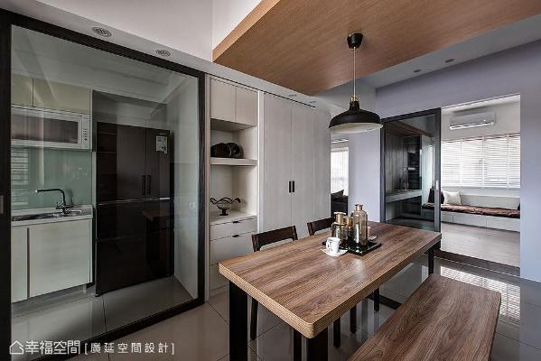 厨房入口设置铁件玻璃门避免油烟逸散,做为场域界定也引流光线,提升餐厅空间亮度。