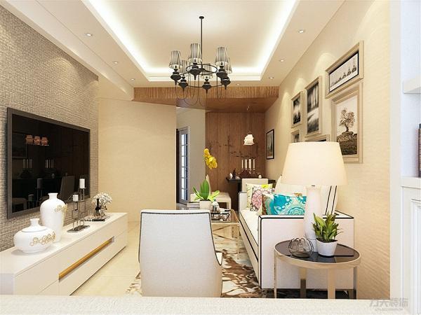 客厅区域还有大人居住的卧室位置,它采用的是榻榻米形式,与客厅用窗帘相隔,榻榻米配搭的是定制的整体衣柜。