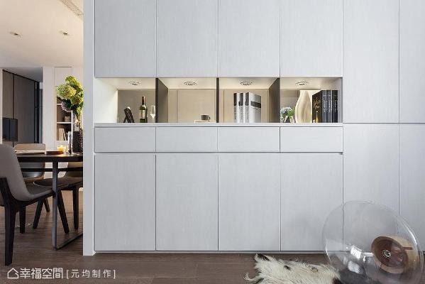 于厨房与多功能空间设置双面收纳柜,提供大量储物空间外,也具界定场域之效。