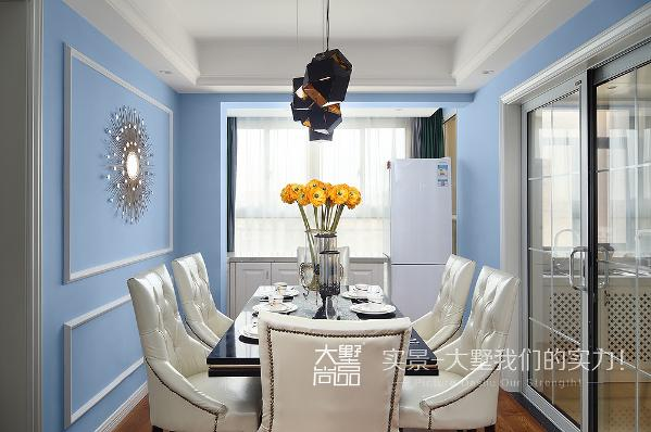 蓝与白的鲜明配色,一下子就活跃了空间神情,也描绘出层次的变化。设计感十足的造型灯饰,与厨房间隔的玻璃拉门,隐藏在窗台下的储物柜,体现出严谨、周到的生活细节。