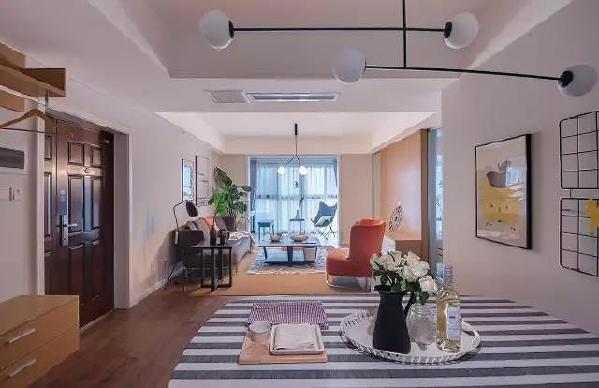 设计师把处于房子中心的房间做成了一个多功能房,里面做了整面墙的书柜和储物榻榻米,兼具书房的功能,
