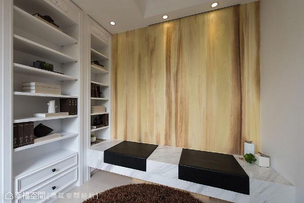 邻近一楼玄关旁的起居室,做为接待暂时来访客人的缓冲空间,立面铺贴染白木皮搭配贴石皮椅面挹注自然气息。