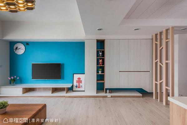 餐厅天花板喷白后结合沟缝设计,带来简约利落的线条感;电视墙下方的平台则一路往餐厅延伸,藉由线条延展拉宽空间视觉宽度。