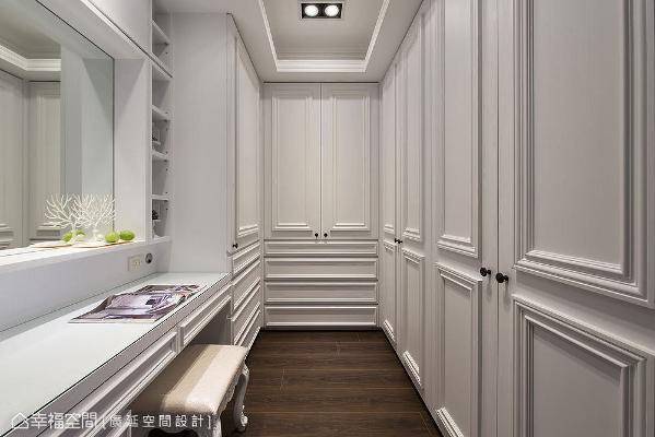 将机能靠墙面设置,收纳也做满至天花板,并让出空间设置化妆桌,让动线更符合实际生活需求。