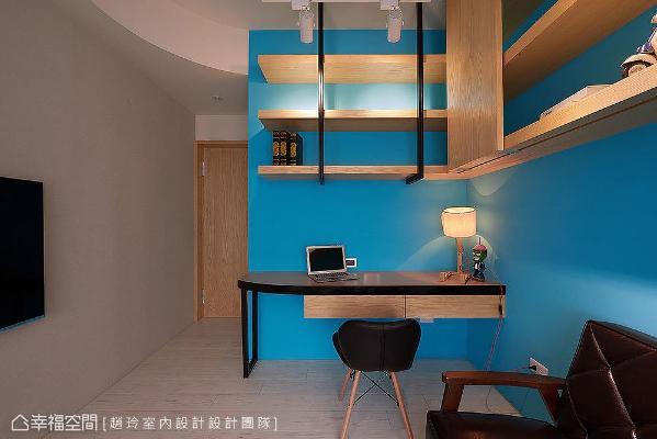 运用复合式概念打造,兼具游戏间、客房之用途;电视墙融入弧线设计,配合曲线天花板和收圆角桌面,打造出环环相扣的设计细节。