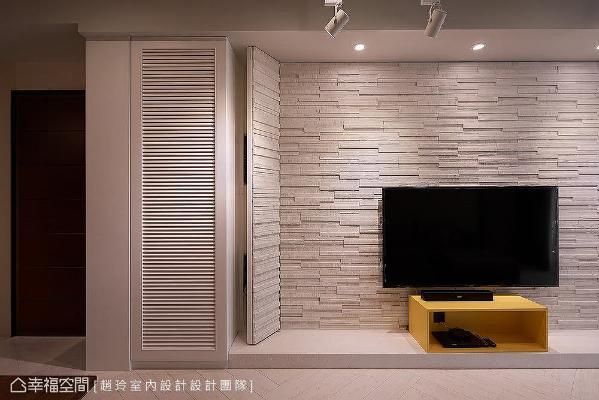 施作白色文化石墙,融入隐藏门设计,弱化左侧的电箱门片,并搭配鳄鱼纹皮革让电视墙台面和鞋柜相呼应,形成一体成形的设计。