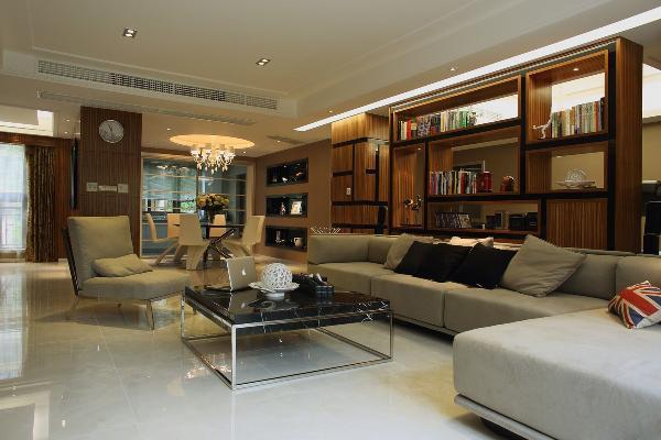沙发后面隔断的设计,既起到了分割客厅和书房的作用,同时也起到了一个简单的收纳的功能,这样的设计让整体的空间功能性分离,但是视觉上又显得空间宽敞。