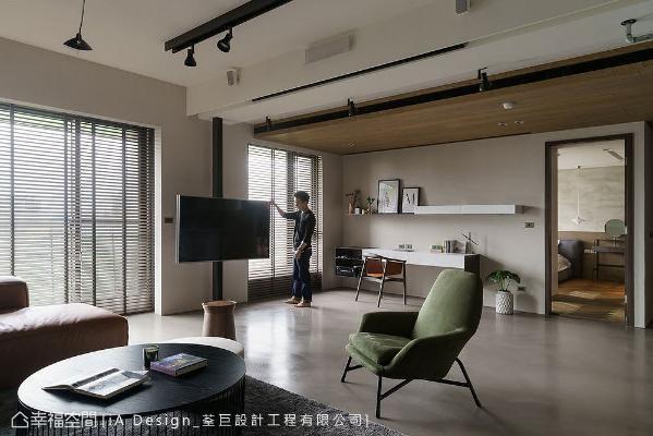 刻意以旋转电视杆取代电视墙,并在天花板藏投影布幕,避免动线以电视为中心,让生活也不再受3C科技箝制。