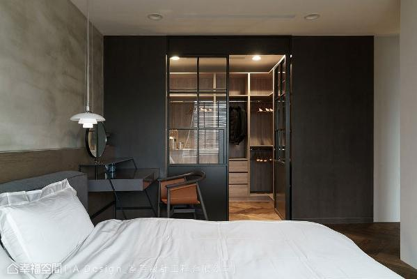 采用铁件打造出格窗造型门片,搭配经喷黑处理墙面,在自然温润的木地板衬托下,散发出沉稳内敛的跳色手法。