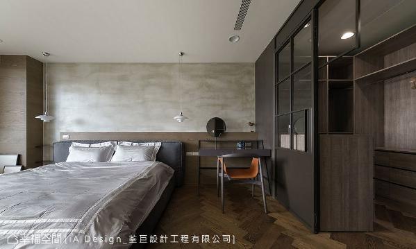 床头以特殊涂料呈现出水泥质地,再使用木皮包覆柱体降低压迫感,并与人字拼贴木地坪相映成趣,展现出异质材对比冲突之美。