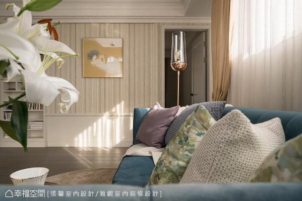 起居段落转以柔和淡雅色调铺陈,藉由线条、壁纸与家具,堆栈细腻优雅的美式古典氛围。