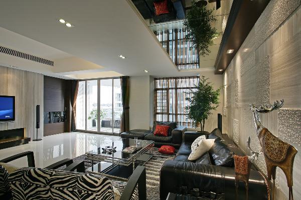 多功能房运用带装饰图案点缀的清玻璃幕墙来区分区域,一种整洁明亮的空间感觉.卧室的空间即用不同色彩来做诠释。