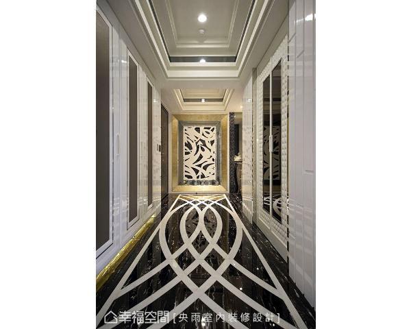 甫入玄关,跳色地坪与烤漆柜面辉映端景墙的华美语汇,也揭开迎宾的设计舞台。