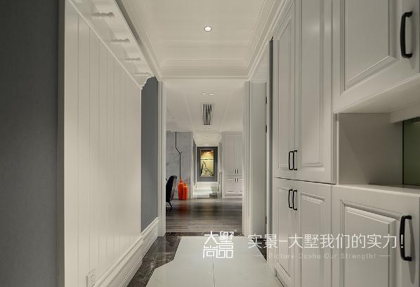 过道的储物柜既实用又美观,配以可挂外套的装饰护挂,既充分利用了空间又美化了空间。