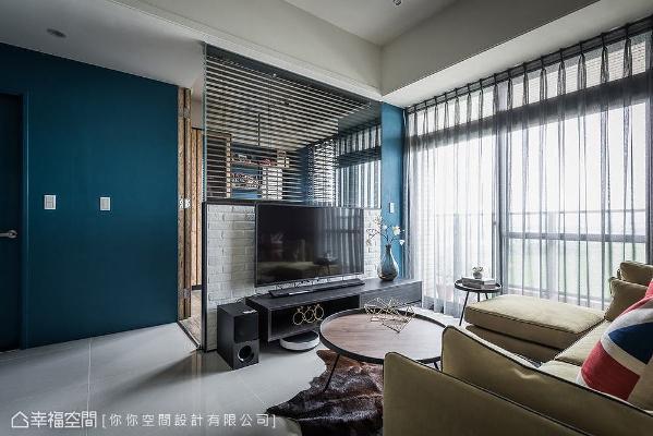 半高电视主墙上方结合玻璃材质,界定出客厅与书房机能,让视线保有延伸性,带来空间放大之效。