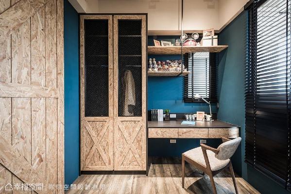 除了配置书桌与展示架外,亦规划衣物收纳柜,赋予书房完整机能性,也能作为临时客房使用。