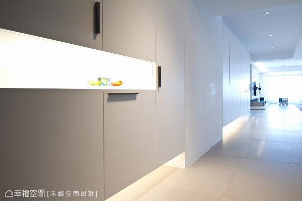 白色语汇随着地面与柜体延展开来,饱满的光源迎接返家的人,有如光廊般带来安定的归属感。
