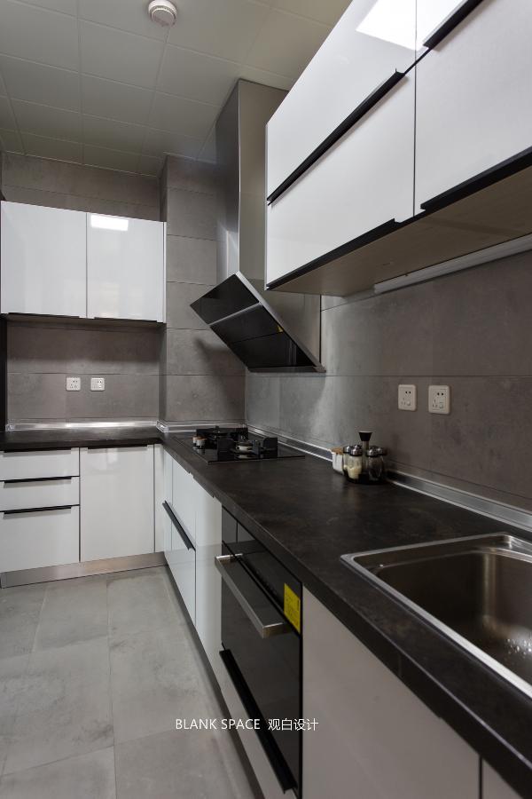 灰色瓷砖营造优雅的氛围,丰富的柜体设计带来大容量储物空间,整体风格在简洁与优雅中宁静呈现。