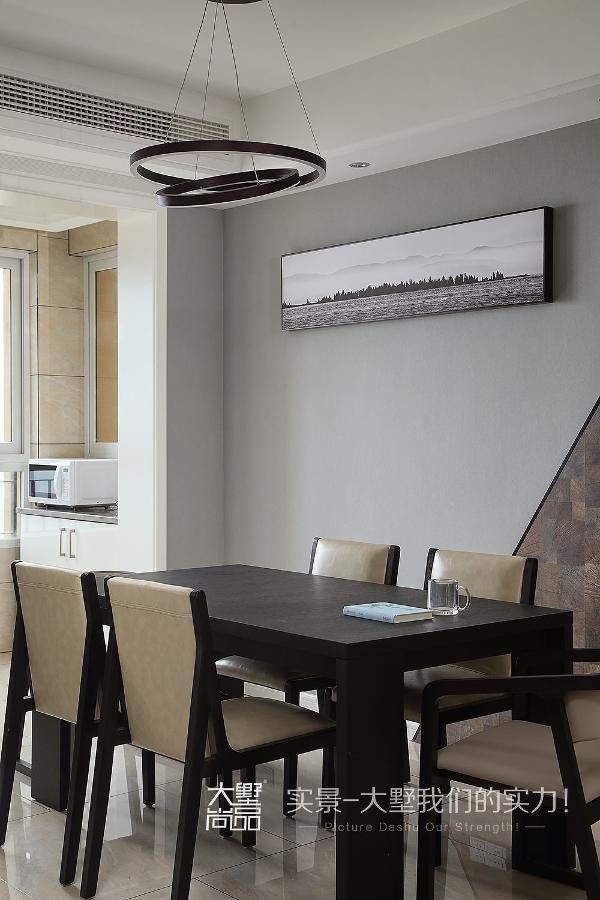 餐厅简洁而又不失大气,加上墙壁的现代风格造型,让整体氛围显得不那么死板。