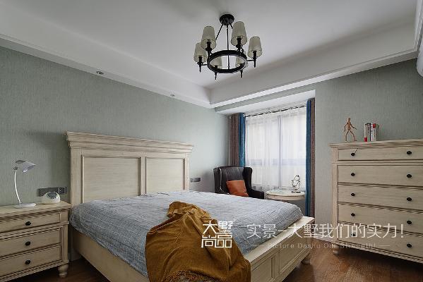卧室整体色调单纯而不单调,素色干净的床品搭配木质家具,使卧室看起来理性、含蓄、现代味十足。