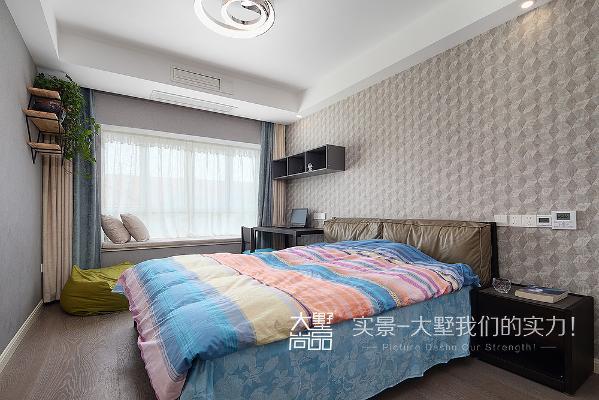 次卧以实用为主,不仅在闲暇之余可在飘窗处休息,具有装饰效果的储物柜也可方便随手拿取所需物品。