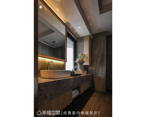 主浴加长的洗手台面以大理石施作,清朗天光下质感格外优渥。
