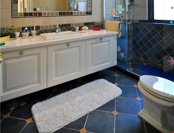 卫浴间整体以蓝色与白色色系为主,整体简洁大气。