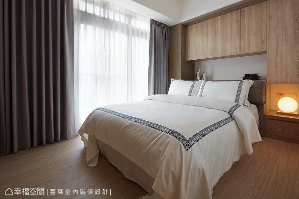 临窗处的结构大柱与床头大梁,整合进木作床头柜体采一体性修饰,围塑温润简朴的卧眠情境。