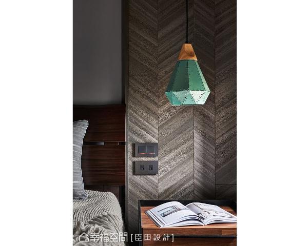 以木作拼贴木皮的手法,挹注床头侧面主墙的温润质感,搭配铆钉灯饰,展演精采的空间段落。